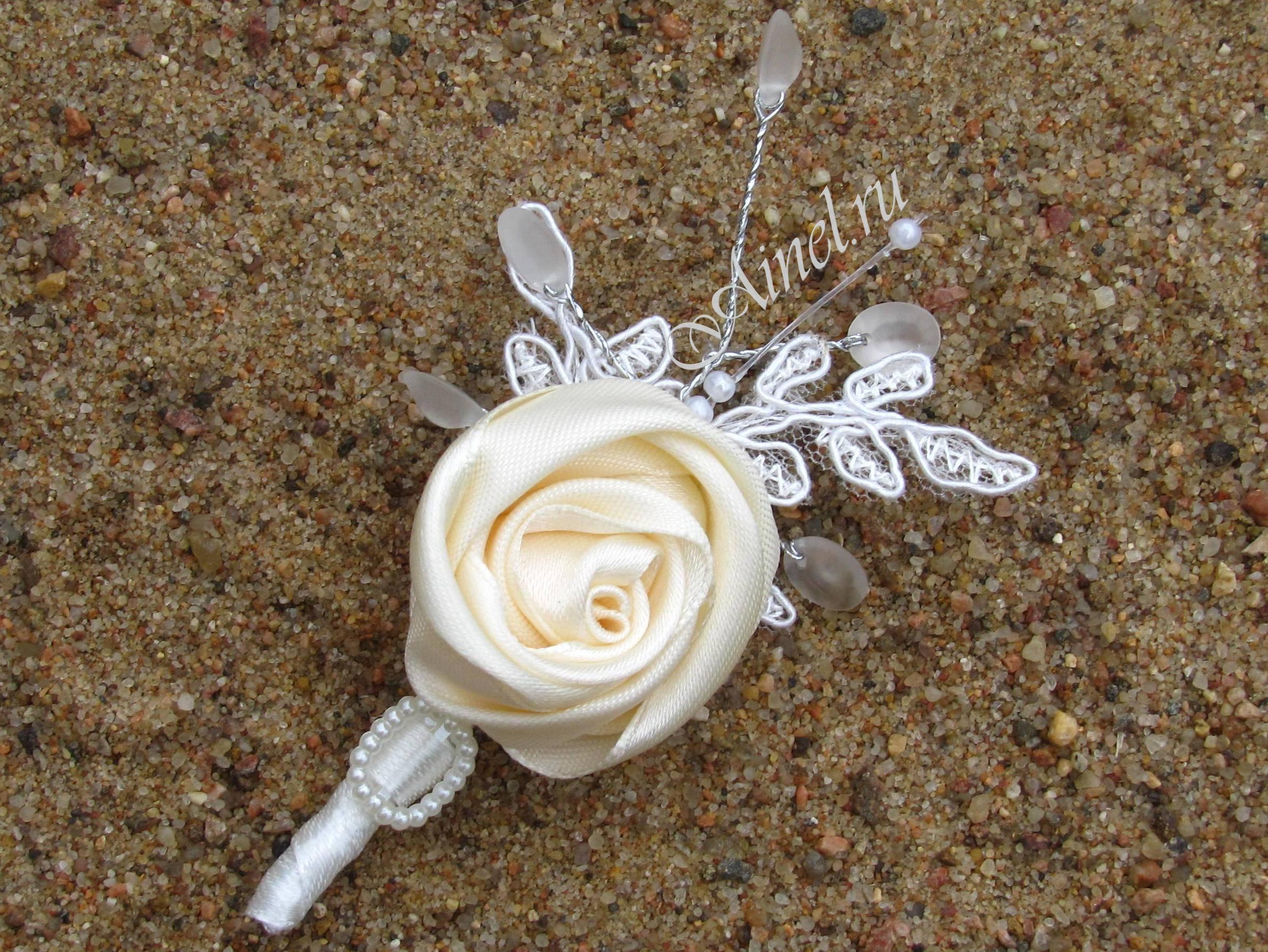 Бутоньерка свадебная для жениха и свидетеля №16 роза атласная