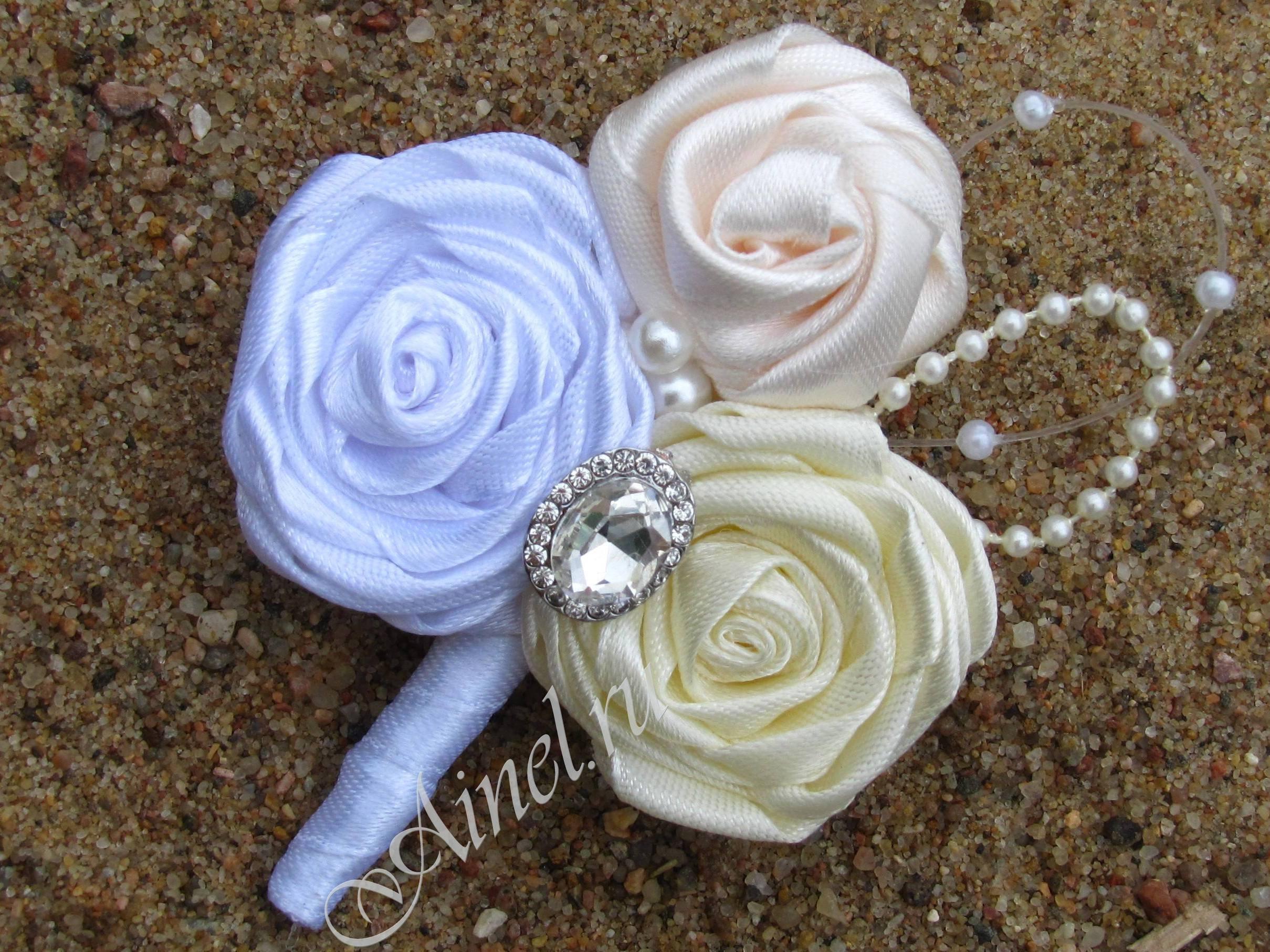 Бутоньерка свадебная для жениха и свидетеля №15 три розы атласные