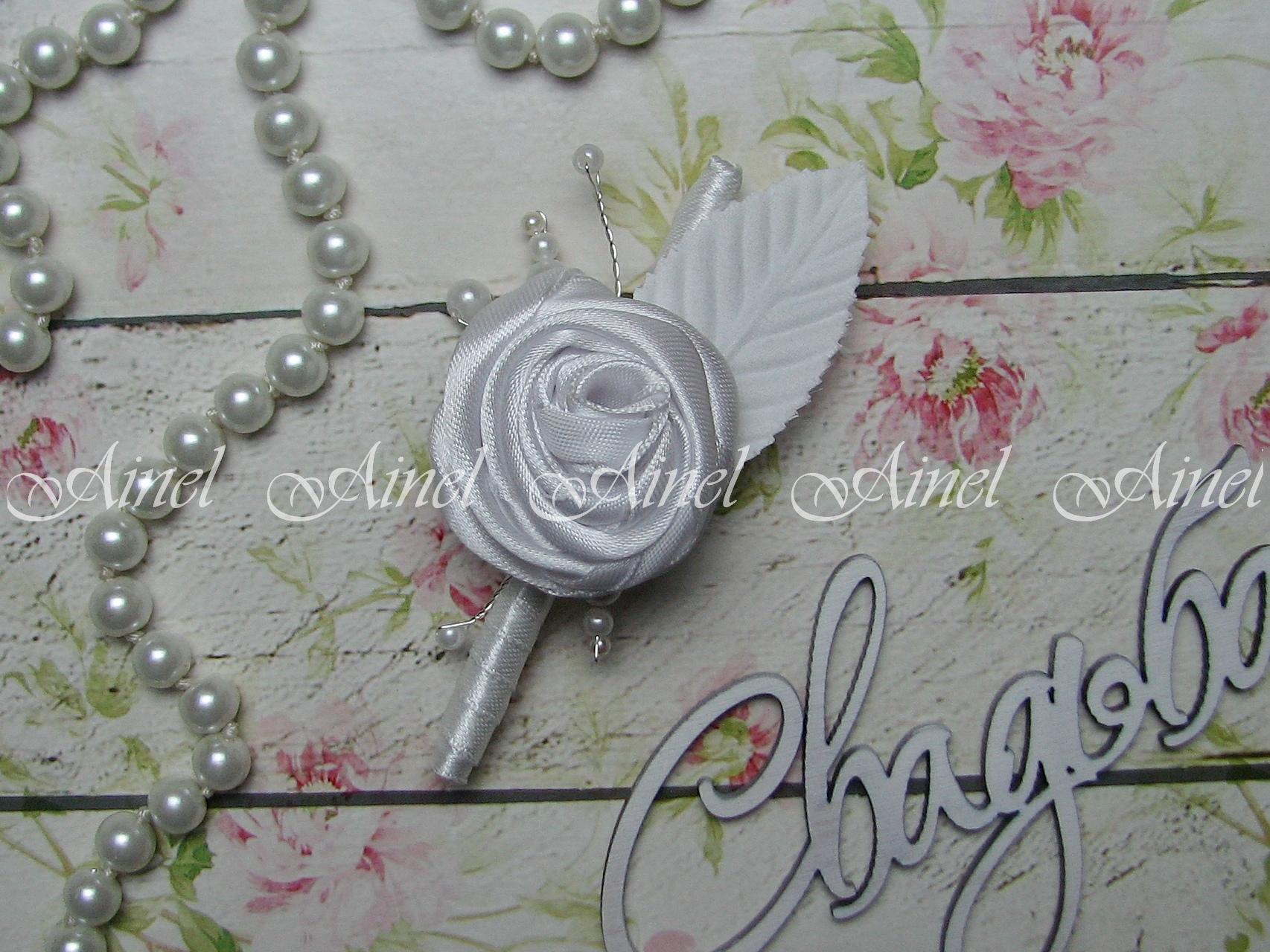 Бутоньерка свадебная для жениха и свидетеля №17 роза атласная белая с листиком