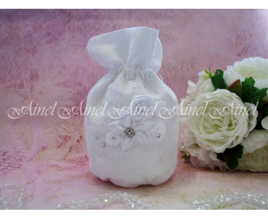 Сумочка-мешочек с гипюром и цветами
